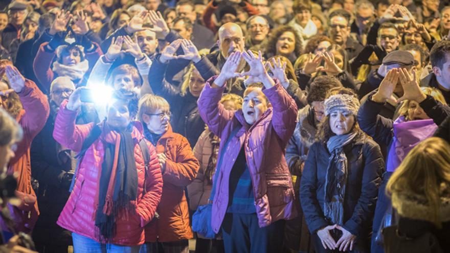 Cientos de personas se han concentrado en la plaza de España de Zaragoza para mostrar su repulsa por el último asesinato machista