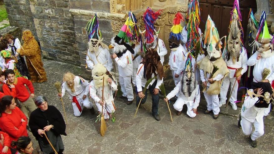 El consejero de Cultura, socio de honor de la asociación que organiza el Carnaval de Piasca