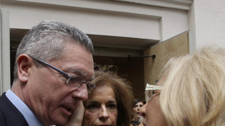La exalcaldesa de Madrid Ana Botella y el exministro de Justicia Alberto Ruiz-Gallardón felicitan a Manuela Carmena en su investida como alcaldesa de la ciudad.