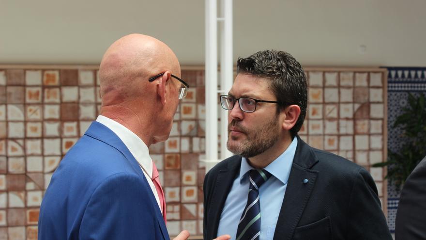 Miguel Sánchez (C's) hablando con Domingo Coronado (PP) en la Asamblea Regional de Murcia / PSS