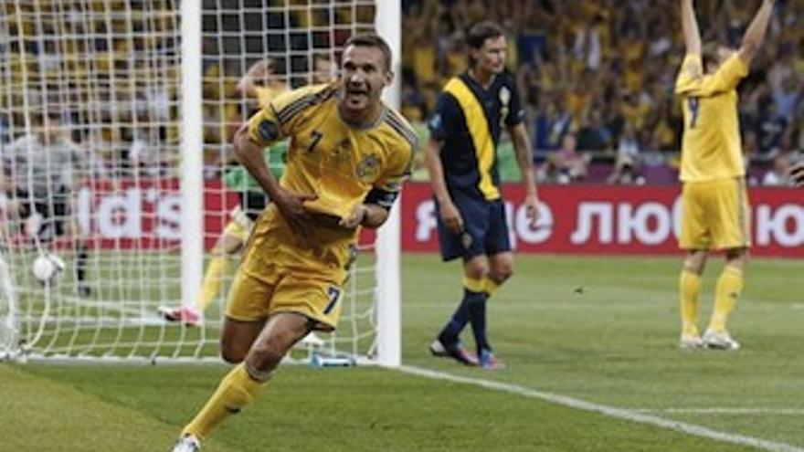 Shevchenko celebra el segundo y definitivo gol de Ucrania. (Europa Press)