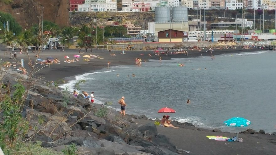La playa de Bajamar se extiende por el litoral de Breña Alta. Foto: LUZ RODRÍGUEZ.