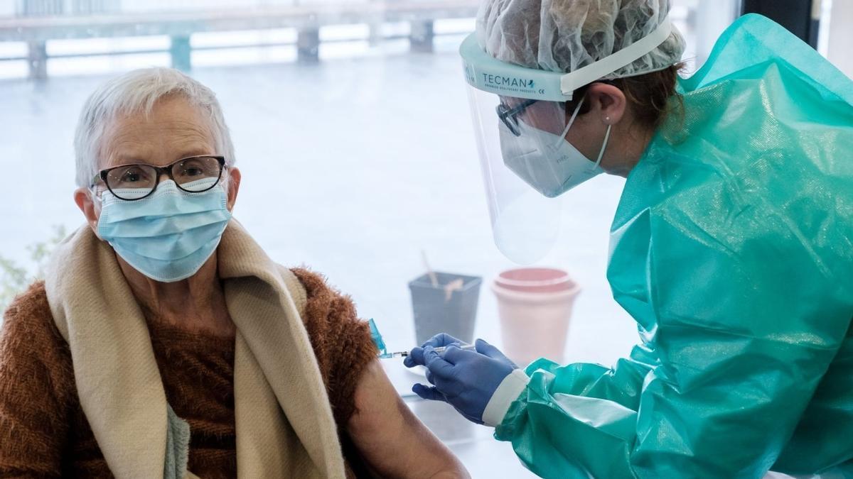 Una sanitaria vacuna en una residencia