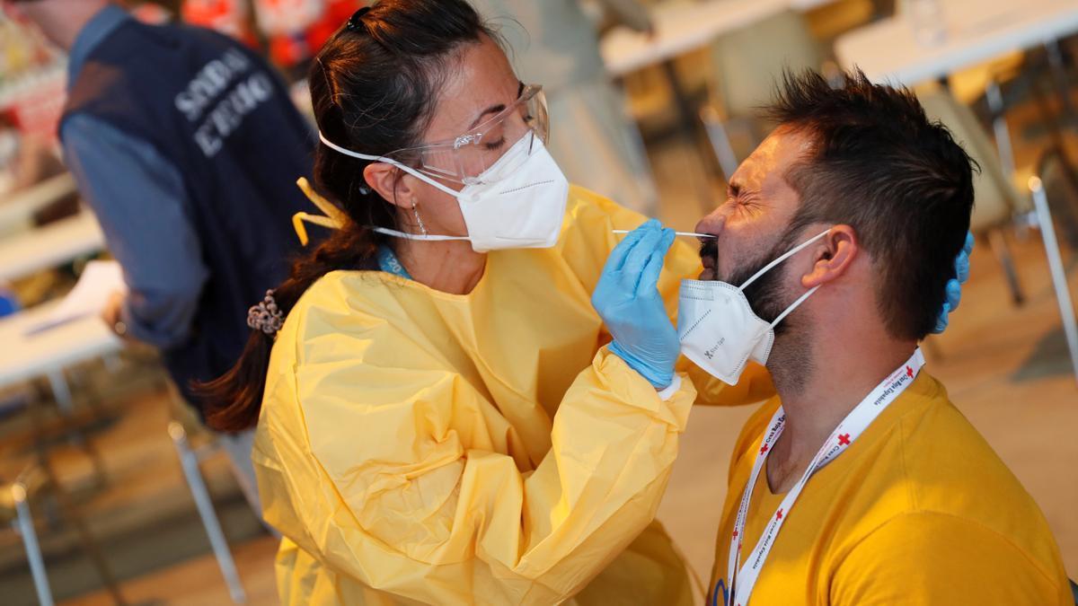 Personal sanitario realiza pruebas de diagnóstico para detectar el coronavirus EFE/Mariscal/Archivo