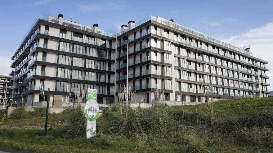 Edificio de Mompía cuyos vecinos reclaman negociación al banco malo.   JUANJO LOPERA