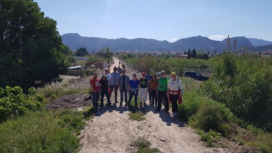 La formación política Cambiemso Murcia durante una recorrido a pie por la senda verde de la Costera Sur