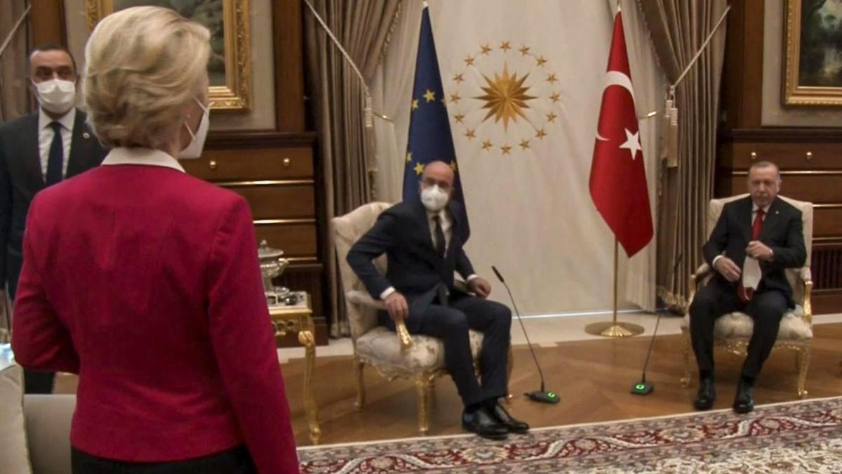 La presidenta de la Comisión Europea, Ursula Von der Leyen; el presidente del Consejo Europeo, Charles Michel; y el presidente turco, Recep Tayyip Erdoğan.