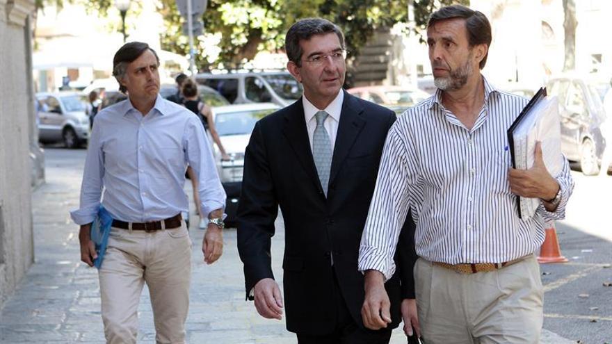 Zoilo Ruiz-Mateos (d), su abogado (c), y su hermano Pablo Ruiz-Mateos (i), a su llegada a la Audiencia Provincial de Baleares