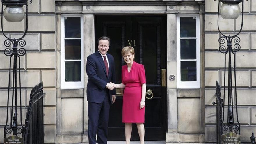 Cameron y Sturgeon abordan la autonomía de Escocia