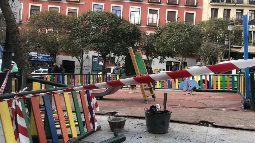 Un parque en la plaza de Lavapiés acordonado tras los incidentes.