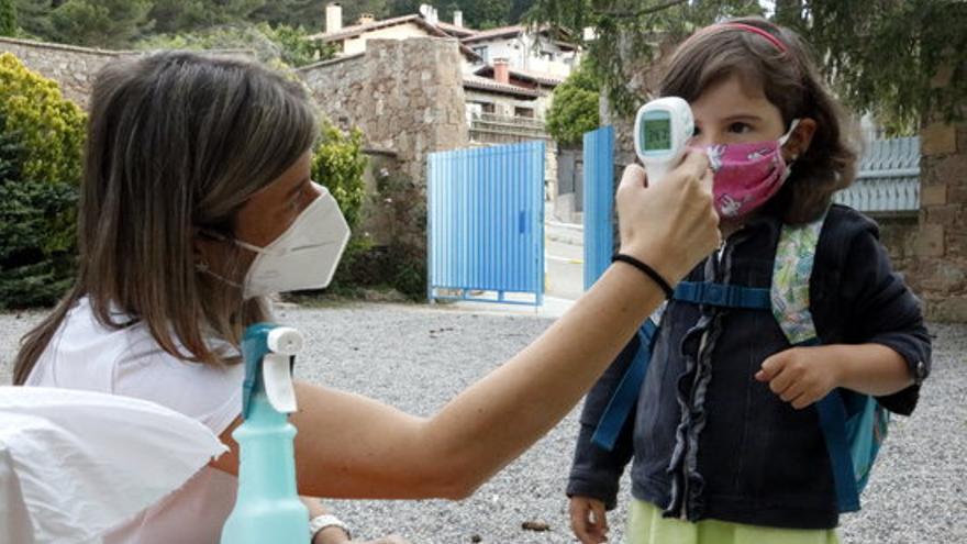 Una profesora toma la temperatura a los alumnos de la escuela de Els Ventets de Collsupina