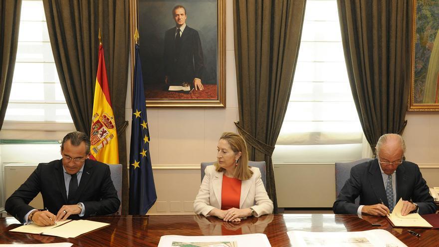 La ministra de Fomento, Ana Pastor, preside la firma del protocolo entre el presidente de Adif, Gonzalo Ferre, y el alcalde de Gandía, Arturo Torró.