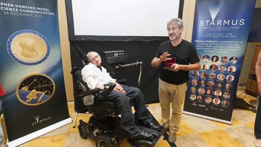 El físico británico Stephen Hawking junto al director de Starmus, Garik Israelian