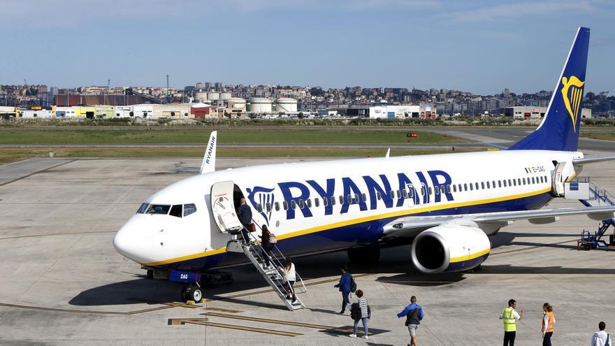 Archivo - Avión Ryanair en el aeropuerto Seve Ballesteros de Santander