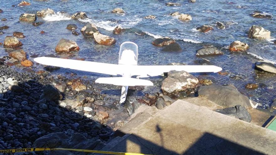 Avioneta accidentada en la costa de Moya, antes de ser retirada del agua