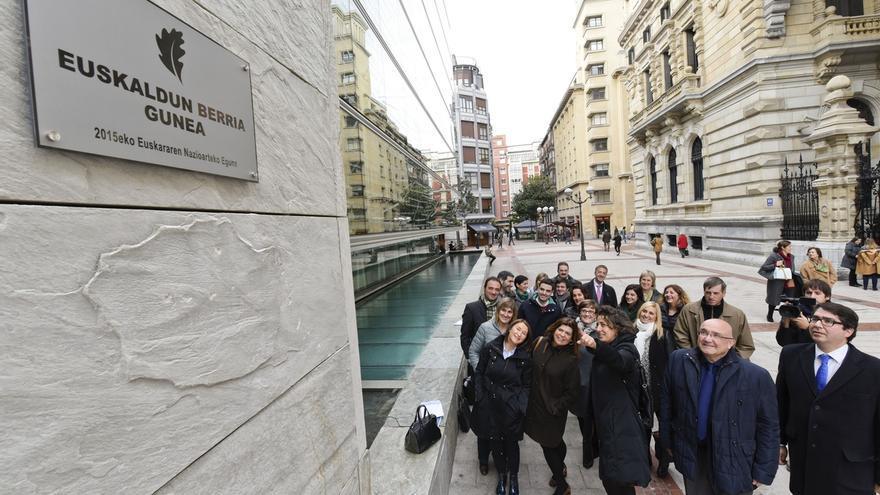 """Diputación de Bizkaia coloca una placa para recordar que """"el euskera late con más fuerza gracias a los euskaldunberris"""""""