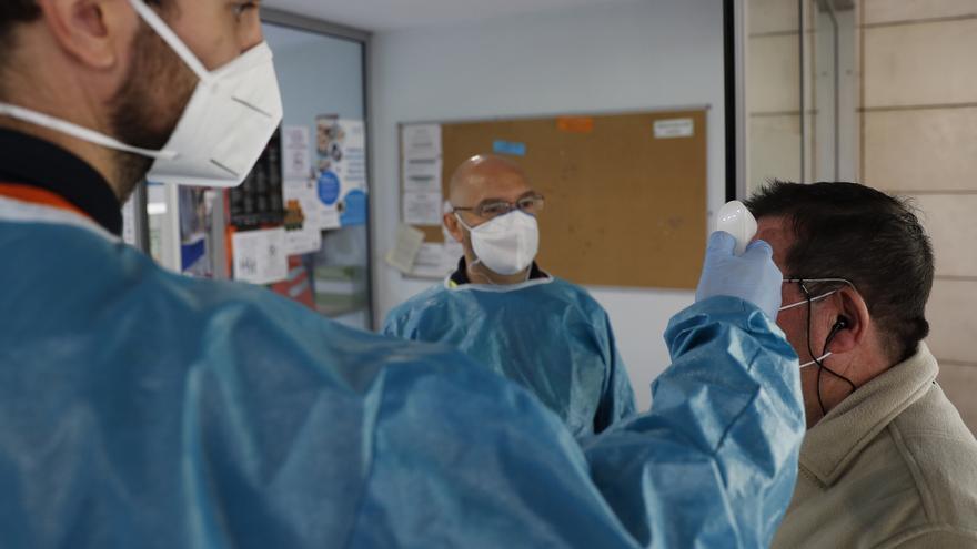 Madrid registra una leve caída de contagios y hospitalizaciones por covid