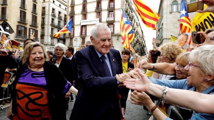 Maragall saluda a manifestantes independentistas este sábado