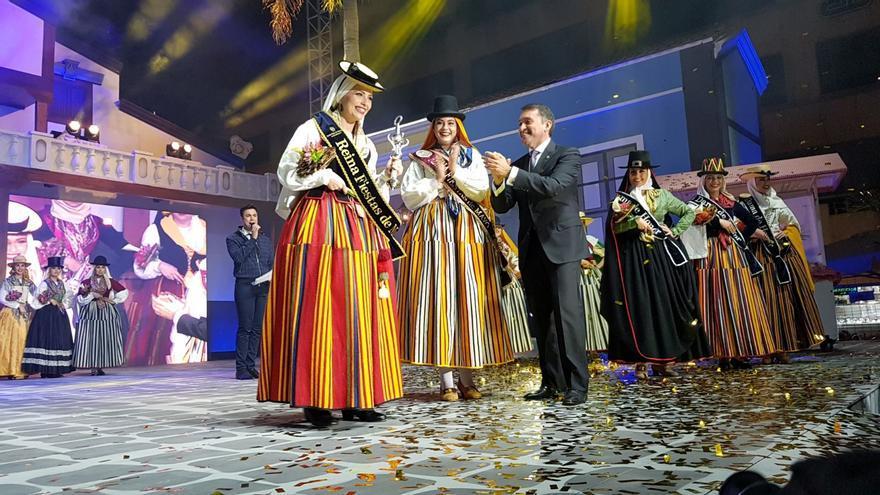 José Manuel Bermúdez, alcalde de la ciudad, distingue a la reina Rocía Díaz (izquierda), este viernes