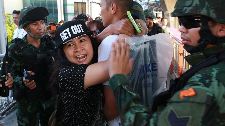 MAYO. Después de un golpe de Estado del ejército tailandés, que fue precedido de manifestaciones masivas, cientos de personas fueron recluidas arbitrariamente en virtud de la ley marcial, que incluía severas restricciones a la libertad de reunión pacífica y de expresión; y se entablaron juicios de civiles en tribunales militares sin derecho de apelación.© Athit Perawongmetha/Reuters/Corbis