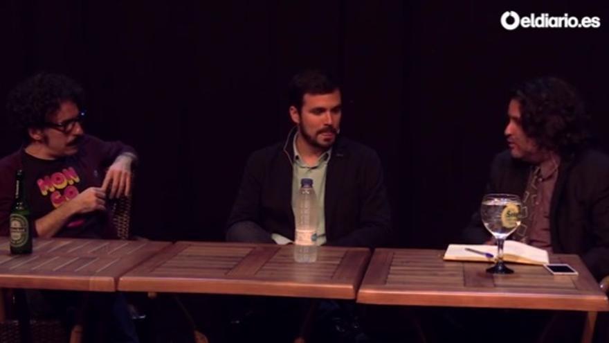 Alberto Garzón conversa con Darío Adanti y Pere Rusiñol, de la revista Mongolia