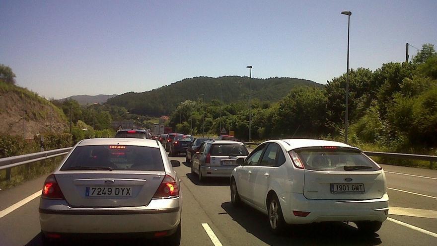 Siguen los atascos en la A8 en Torrelavega hacia Bilbao, con 4 km
