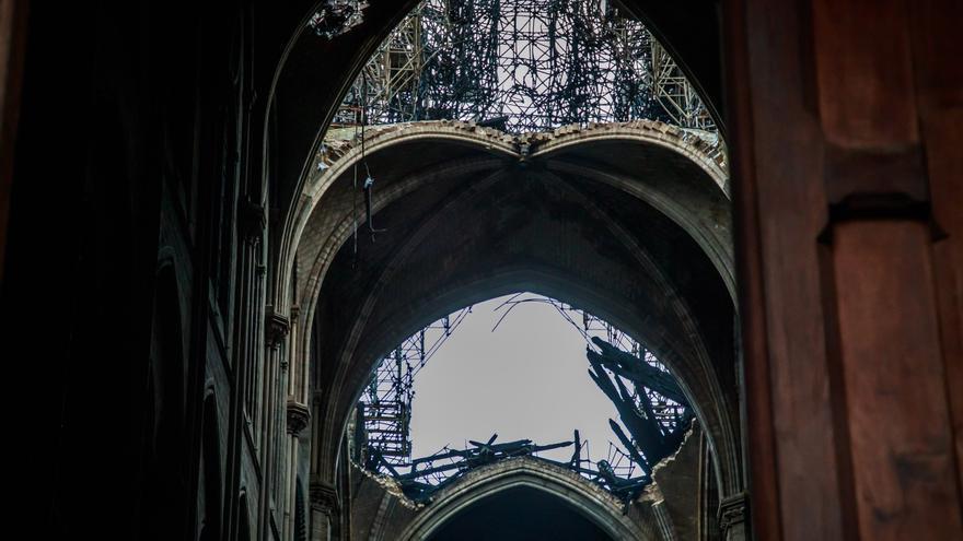 Vista de las bóvedas dañadas de la catedral de Notre-Dame tras el incendio