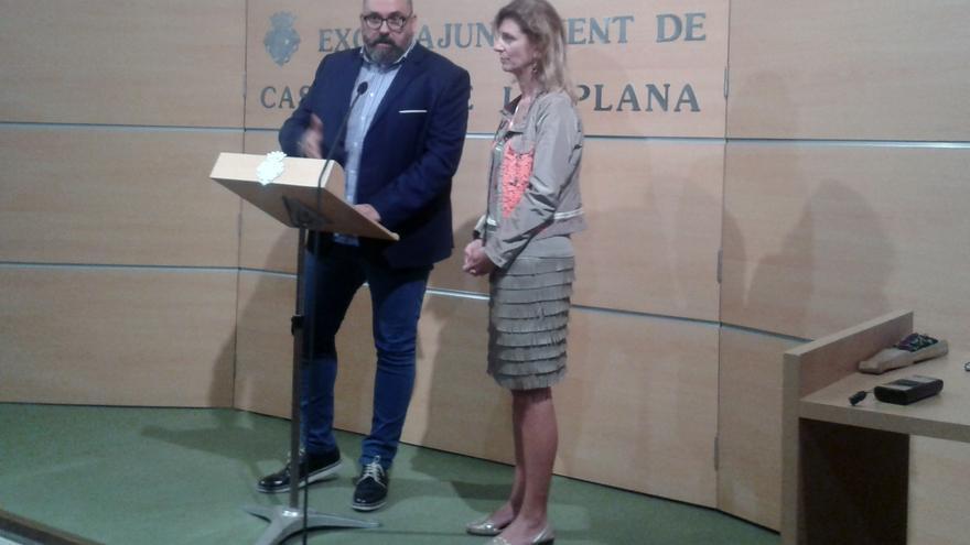 La alcaldesa de Castellón y el vicealcalde, anunciando la suspensión de la rueda de prensa para explicar las inversiones sostenibles