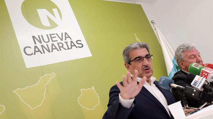 El presidente de Nueva Canarias (NC), Román Rodríguez (i), y el diputado en el Congreso Pedro Quevedo (d).