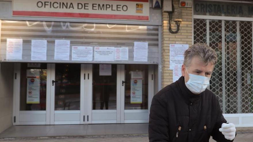 Un hombre pasa ante una oficina de empleo este jueves en Madrid. El paro registrado en marzo creció en más de 300.000 personas, hasta los 3,5 millones de personas, en tanto que la Seguridad Social perdió 833.979 afiliados al cierre del mes por el impacto del COVID-19, lo que supone la mayor caída de su historia y deja el número de cotizantes en 18,4 millones.