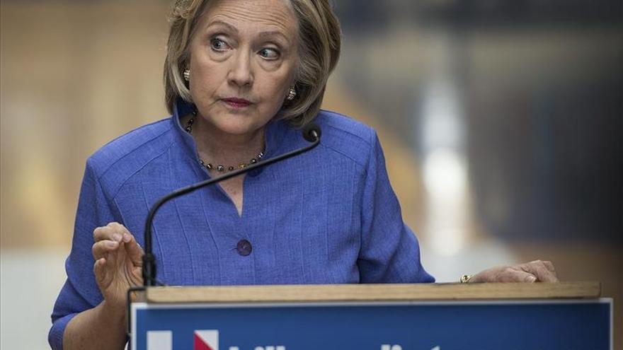 Clinton reitera que no envió mensajes confidenciales desde su correo privado