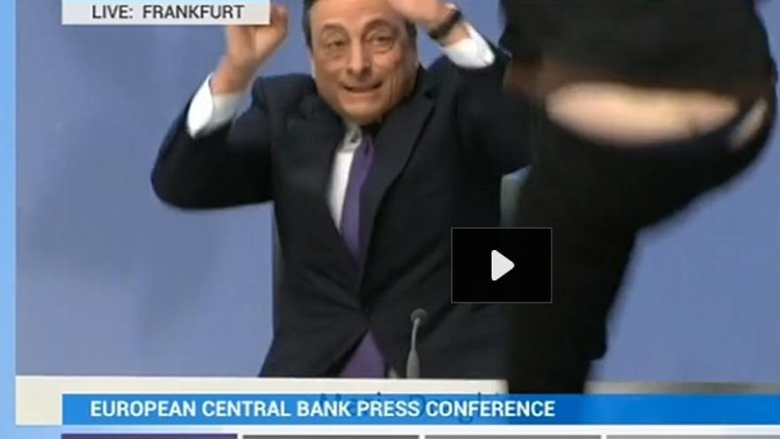 Una mujer salta sobre la mesa de Draghi durante la rueda de prensa.