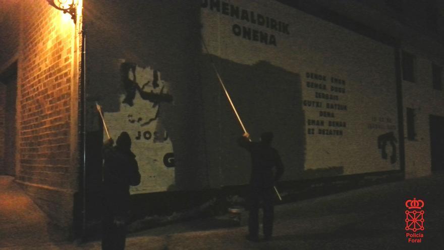 Borrado de pintadas a favor de ETA en Etxarri-Aranatz (Navarra).