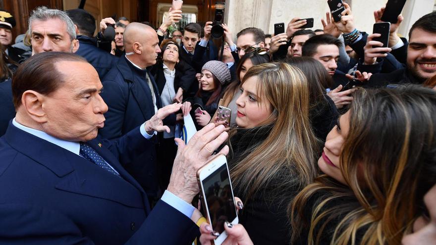 Berlusconi habla con simpatizantes de Forza Italia en la sede del partido el 21 de febrero.
