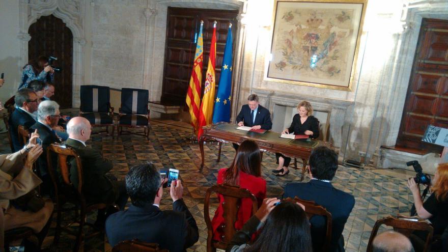 El president Ximo Puig y la vicepresidenta de la Fundación Amancio Ortega, Flora Pérez, rubrican el convenio