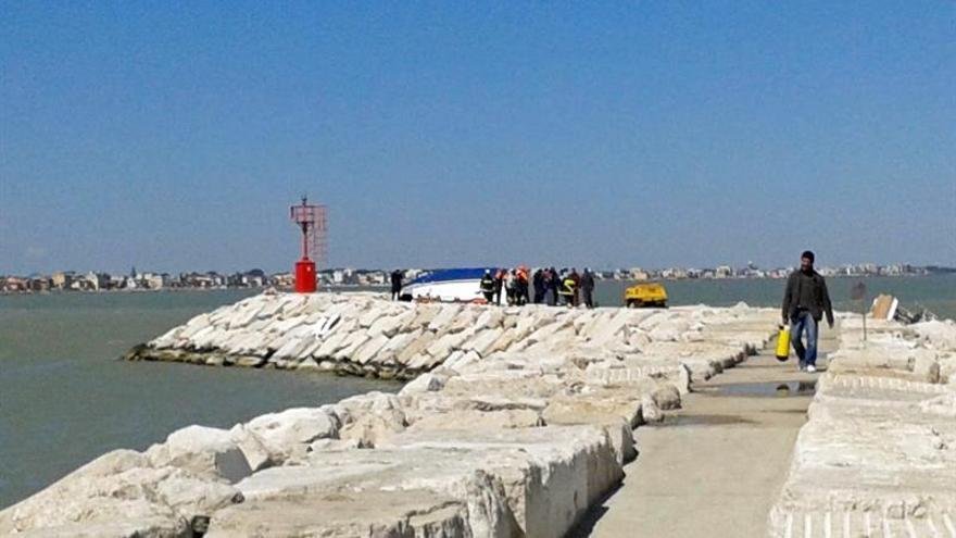 Cuatro muertos tras chocar un velero contra unas rocas en la costa italiana de Rímini