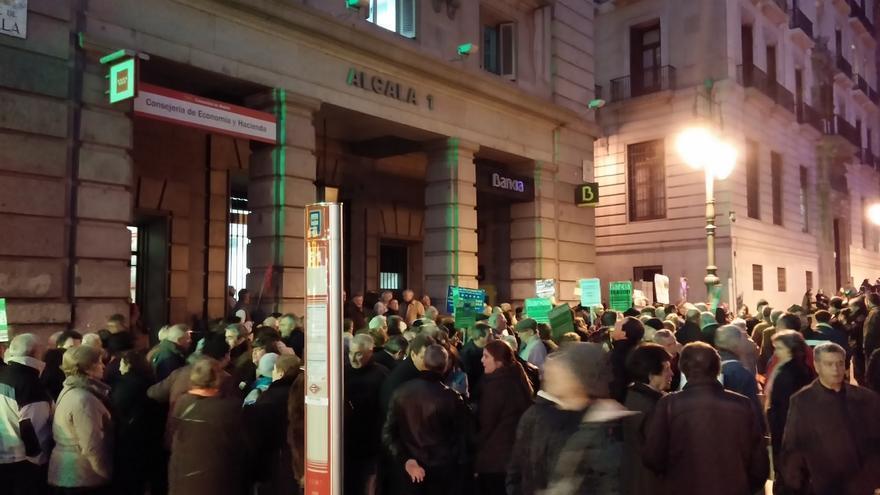 Oficina de Bankia en la calle Alcalá 1 frente a la que protestan los preferentistas / Manu Conteras