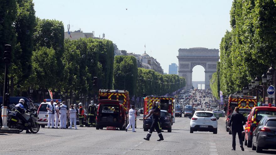 La policía corta los Campos Elíseos de París tras el ataque contra un furgón policial con un vehículo cargado de explosivos