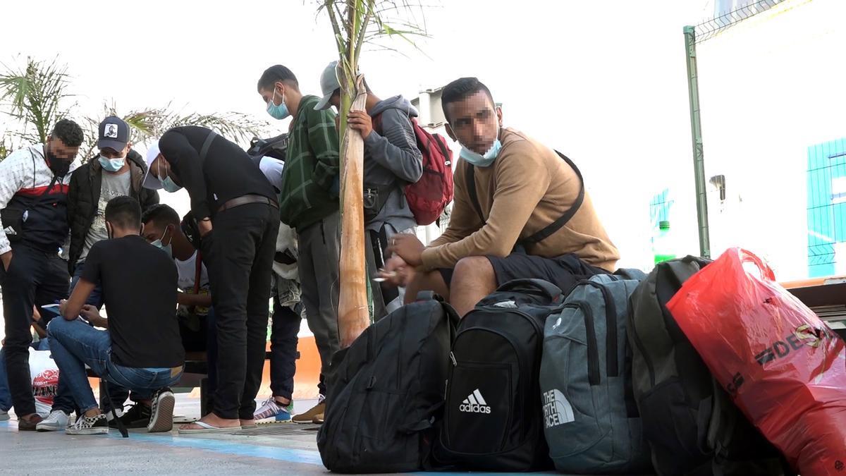 Un grupo de inmigrantes en Santa Cruz de Tenerife. Imagen de Archivo