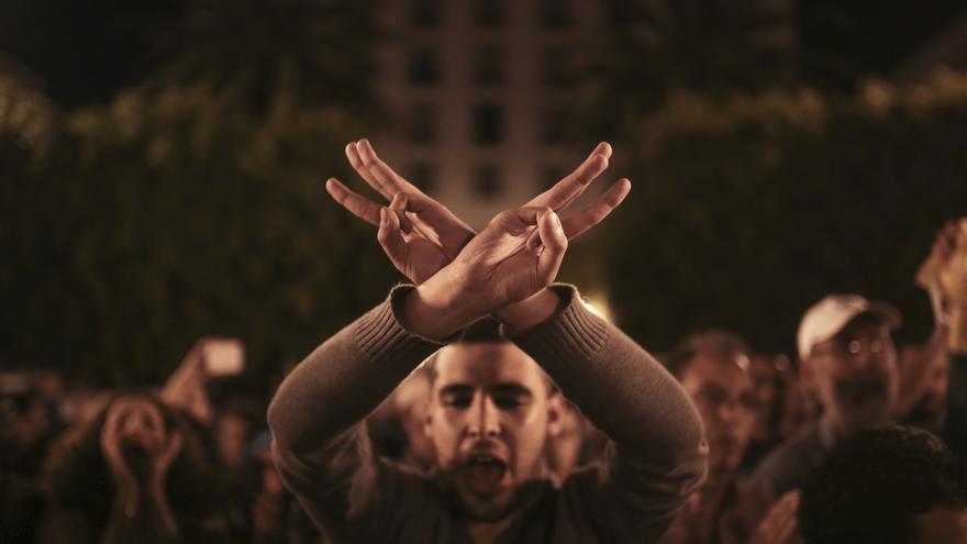 Un hombre durante una protesta en apoyo a las manifestaciones anti-gobierno en la región del Rif, al norte de Marruecos, en Rabat. Foto del AP / Mosa'ab Elshamy)