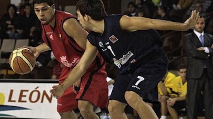 Bonhome presiona al rival, ante la mirada de Carlos Frade. (UB La Palma)