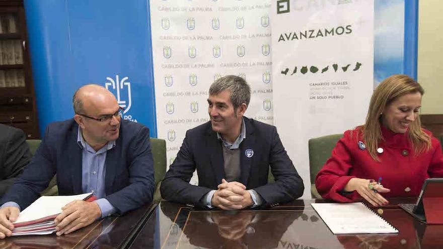Anselmo Pestana (i), Fernando Clavijo y Rosa Dávila, este viernes.
