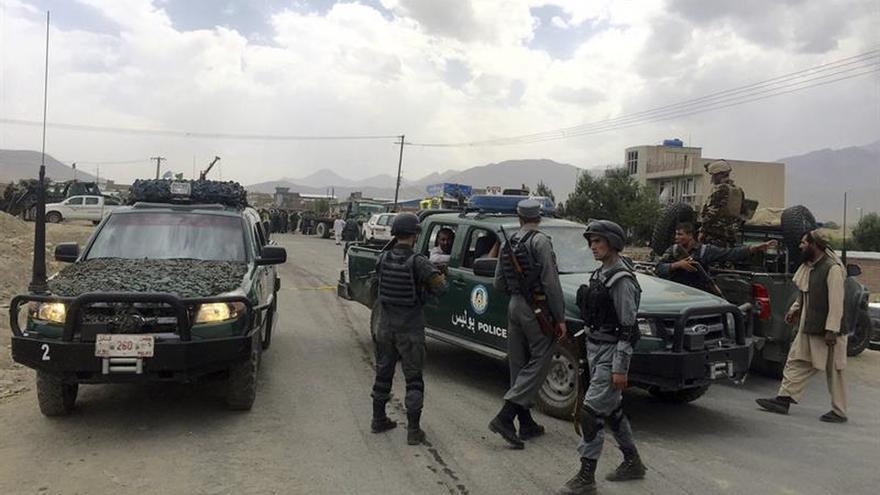 Heridos un parlamentario afgano y su hijo en un atentado con bomba en Kabul
