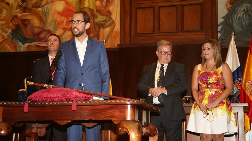 Miguel Montero jurando su cargo en el Pleno Constitutivo del Cabildo de Gran Canaria (ALEJANDRO RAMOS).