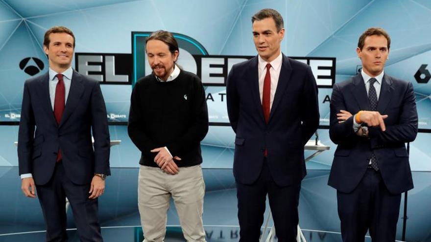 Los candidatos a presidir el Gobierno de España tras las elecciones generales, Pablo Casado (PP) (i); Pablo Iglesias (Unidas Podemos) (2i); Pedro Sánchez (PSOE) (2d) y Albert Rivera (Cs) (d), antes del inicio de un debate electoral.