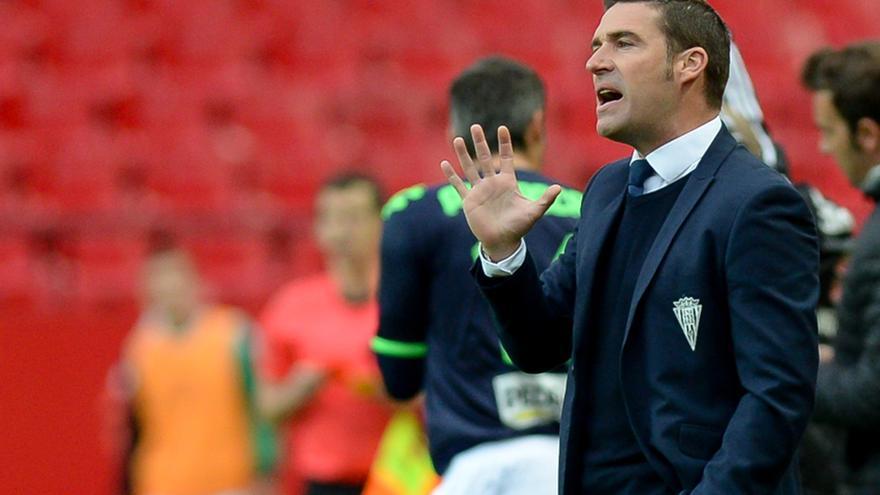 Luis Carrión, entrenador del Córdoba, en el Sánchez Pizjuán de Sevilla | lof