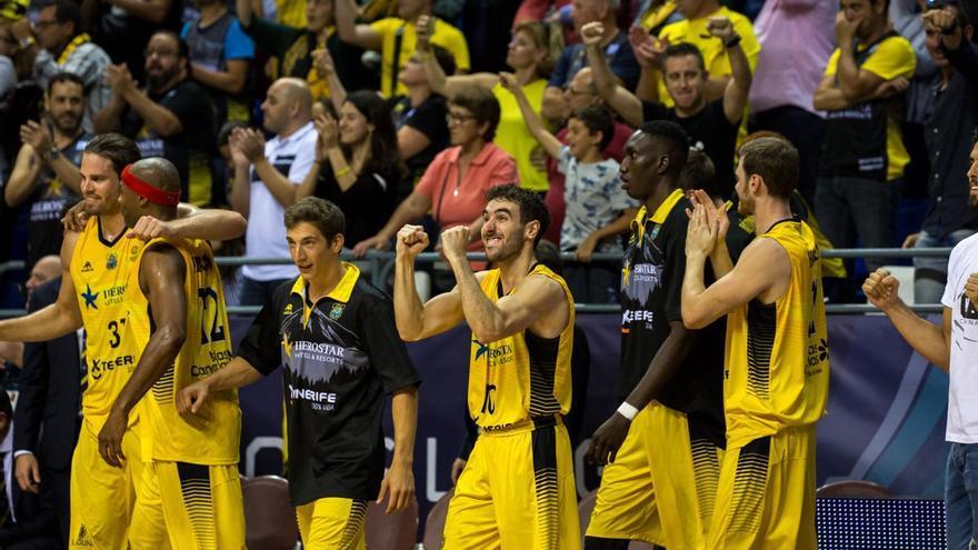 Los jugadores del Iberostar Tenerife celebran en el Santiago Martín su victoria sobre el Umana Reyer Venezia.