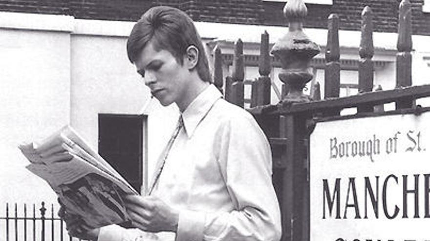 David Bowie leyendo el periódico