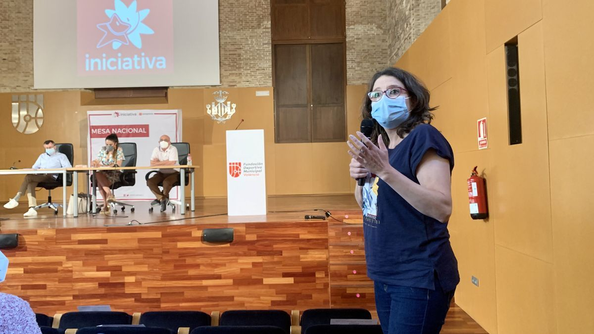 Mónica oltra se dirige a los asistentes a la reunión de Iniciativa del Poble Valencià.