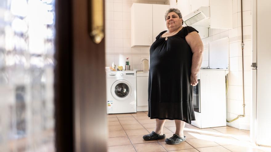 Juliana, en la cocina de su piso de Carabanchel.